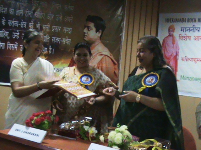 Niveditadidi-receiving-special-stamp-from-Anjali-Devasher-IPoS